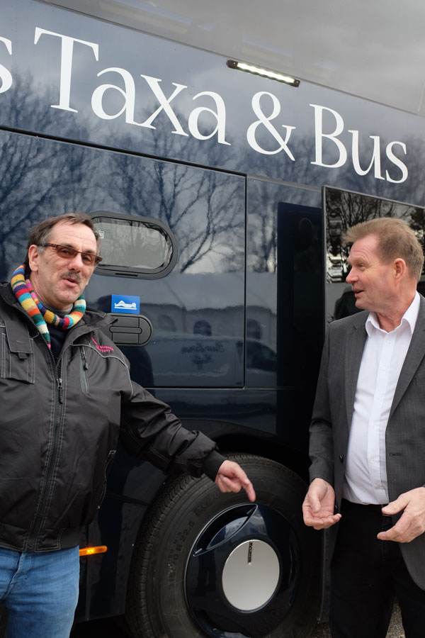 Mange busvognmænd fandt vejen forbi Frognes stand og blev klogere på, hvordan teknologivalg kan stimulere deres forretning. Her ses vognmand Bent Kristensen, Bent's Busser, Vejle, i snak med Frogne salgschef Bent Johannsen.